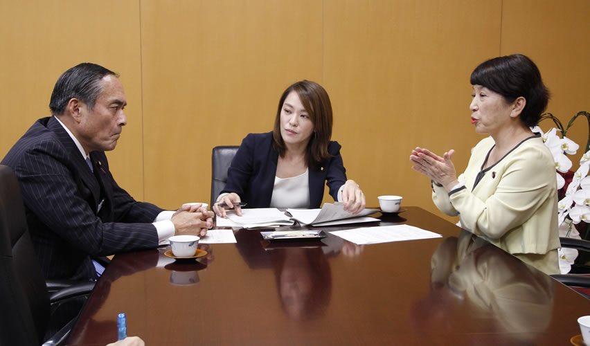社民党「台風19号災害対策本部」の福島みずほ副本部長、吉田ただとも災害対策部会長は18日、政府に対し、寒さ対策など避難所の質の向上、激甚災害の早期指定、補正予算編成、農業支援など以下の申し入れを行った。政府は今井絵理子・内閣府大臣政務官が対応した。