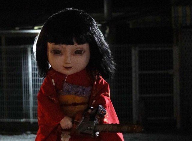 巨大化した日本人形が襲ってくる映画『恐怖人形』霊的なやつかと思いきや、メチャクチャ物理で攻めてくる日本人形だった。チェーンソー持つ日本人形は初めて見たかもしれない。
