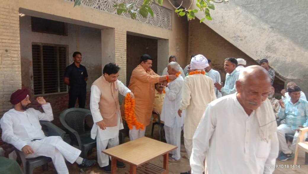 आज #Haryana के रोहतक जिले की महम विधानसभा में के गांव घरोटी में आयोजित चौपाल को संबोधित किया एवं उपस्थित जनमानस से @BJP4Haryana के पक्ष में मतदान करने के लिए अपील की। इस अवसर पर वरिष्ठ भाजपा नेता एवं राज्यसभा सांसद श्री @BJP_DrJatiya जी भी उपस्थित रहे #BJPWinningHaryana