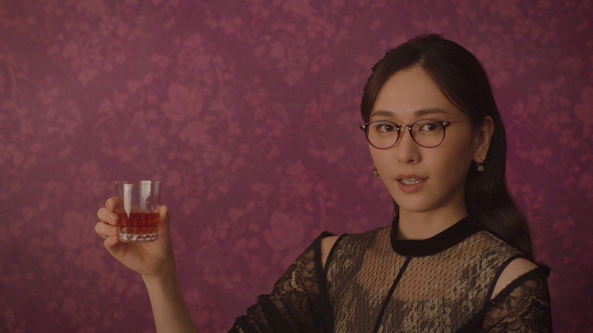 【動画】新垣結衣、メガネ姿で大人の色気 シュールに「ヤバイです」 メルティーキッス新CM「洋酒を注ぐ」篇#新垣結衣  #ガッキー #メルティーキッス #CM