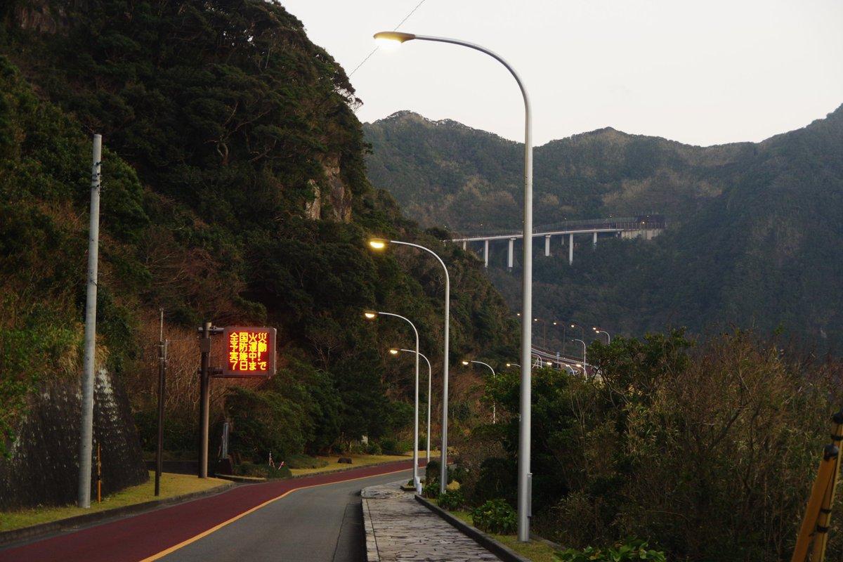 パワー感に全振りした、とんでもない道路風景! これは、東京都道215号八丈循環線横間道路の風景である。峠道は地面を這うか潜るものという、従来の常識を覆すような風景だ。グネグネとした陸橋で峠のトンネルまで登っていく。