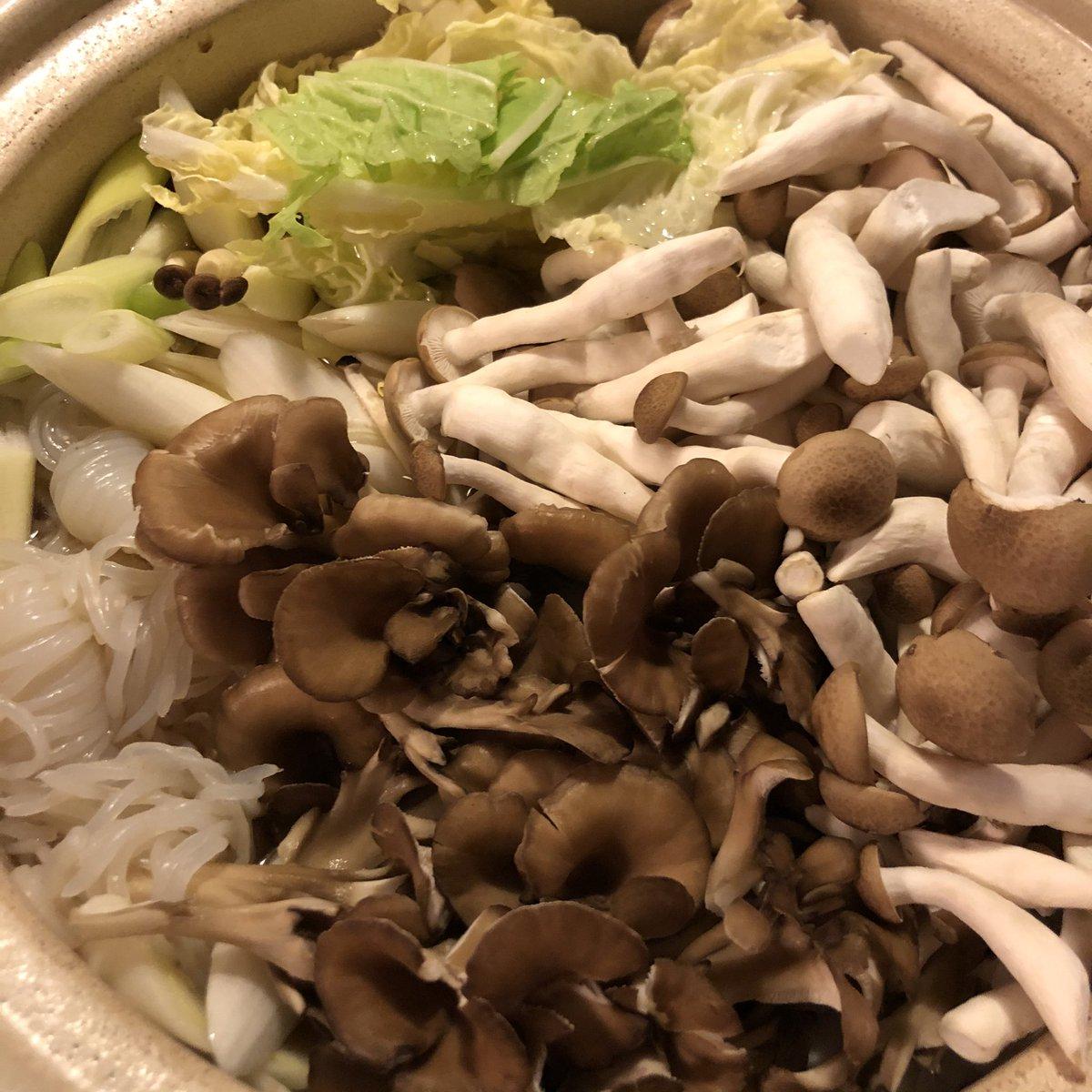 キノコたっぷりの鶏鍋 この後きりたんぽ入れます。秋田の人に怒られそうな、実はきりたんぽ鍋。