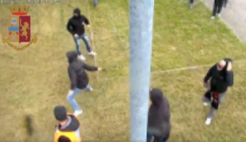 #Verona Il video della guerriglia degli ultrà fog...