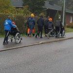 Image for the Tweet beginning: #vievanhusulos  Tuunauspajan nuoret ulkoiluttamassa Havulinnan