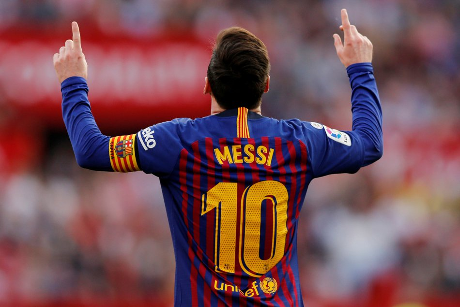 Players with the most goals, assists and trophies this decade (2010-2019):  Goals:  Messi - 562  Ronaldo - 542  Lewandowski - 378  Assists:  Messi - 222  Ozil - 214  De Bruyne - 190  Trophies:  Messi - 25  Dani Alves - 25  Iniesta - 23  Messi won the 2010s <br>http://pic.twitter.com/LTgI8ssSdP