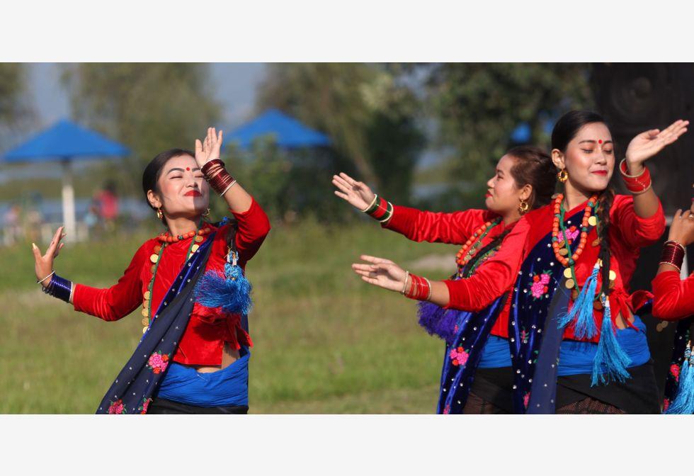 नेपाल की राजधानी काठमांडू से लगभग 200 किलोमीटर पश्चिम में एक पर्यटक केंद्र, पोखरा में नेपाल पोखरा अंतर्राष्ट्रीय माउंटेन क्रॉस कंट्री प्रतियोगिता 2019 के दौरान प्रदर्शन करती पारंपरिक पोशाक में नेपाली महिला।@MofaNepal #Nepal
