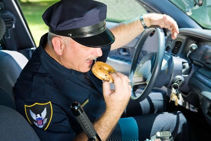 警察官が制服でコンビニに行く事が議論の対象となっていますが、アメリカでは逆にコンビニ、ドーナツ店、ダイナ(レストラン)から来て欲しいとの要望があります🤞あそこは警察官がいるから強盗に入るなと悪人達に噂をされるからです。