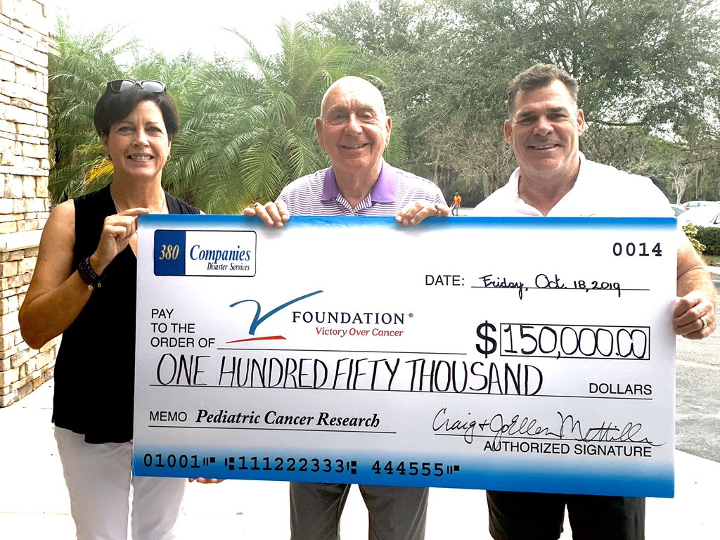 Great day as 2 super ppl JoEllen & Craig Mettille stop @ ANOTHER BROKEN EGG in Lakewood Ranch , Fl & make this check presentation from an event in Iowa they annually do to benefit @TheVFoundation @jksports @espnVshow