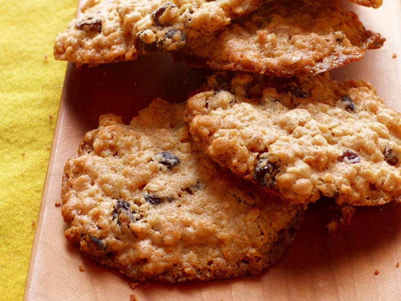 Break out the raisins because these Chewy Oatmeal Cookies are SO simple to make:  https:// foodtv.com/330A4cm    ! #GingerbreadShowdown <br>http://pic.twitter.com/JjQxlOG9u0
