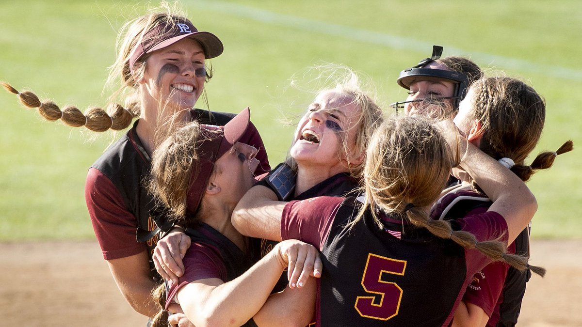 "Just like last season, Papillion-La Vista stormed into Hastings with a spotless 34-0 record. Unlike last season, the Monarchs finished the deal in dominating fashion to hoist the Class A softball crown #nebpreps  ""Just a different level of hungry.""   https:// bit.ly/2oULLmG     <br>http://pic.twitter.com/wI22v5yVQl"