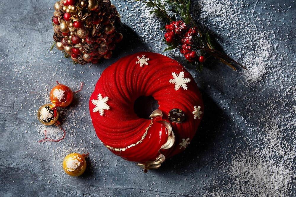 シャングリ・ラ ホテル 東京のクリスマスケーキ、野いちご×ホワイトチョコムースのリース型ケーキなど -