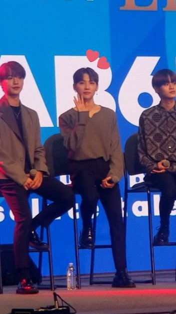 so uh i had a light-up WOONGIE sign and i was waving it like a crazy person and -   He also waved at me during the concert AND WAS THE ONLY ONE THAT NOTICED ME OUT OF THE 4 OTHER PEOPLE I HAD SIGNS FOR   WOONG LIVES ONLY.   #AB6IX #STARLiveTalk  #KCON19LA <br>http://pic.twitter.com/KfM9dgSIXc