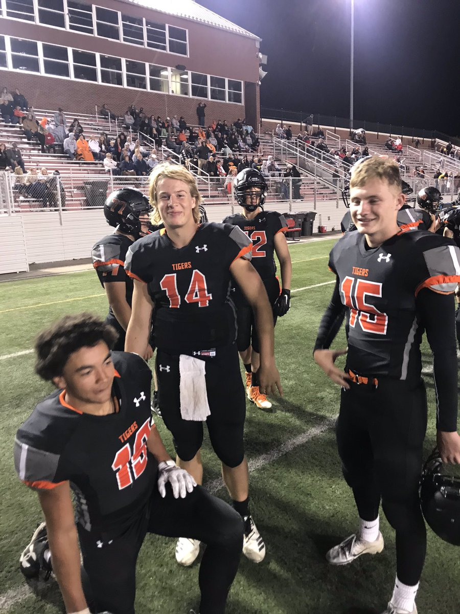 Football  Final Hastings - 64 Beatrice - 56  #14 Jarrett Synek throws a Class B State Record 9 Touchdown Passes    #HastingsTigers #every1aTIGER #nebpreps <br>http://pic.twitter.com/EUxFca31T3