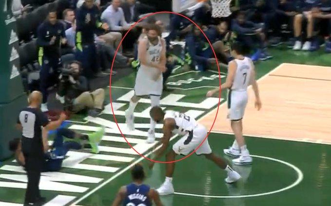 【影片】敢欺負我哥?大Lopez慘遭Towns單臂隔扣,隨後弟弟立馬為哥哥搏回面子!-籃球圈