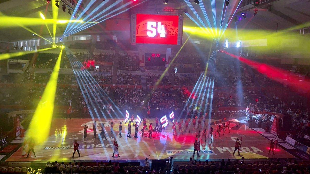 【記事】LDHが総合演出!娯楽性を増した大阪エヴェッサホーム試合の全貌に迫るホーム開幕戦だったこともあり、LDH所属の『BALLISTIK BOYZ』が参加。セレモニーでは選手紹介前にミニライブを披露し、場内の空気を盛り上げた。