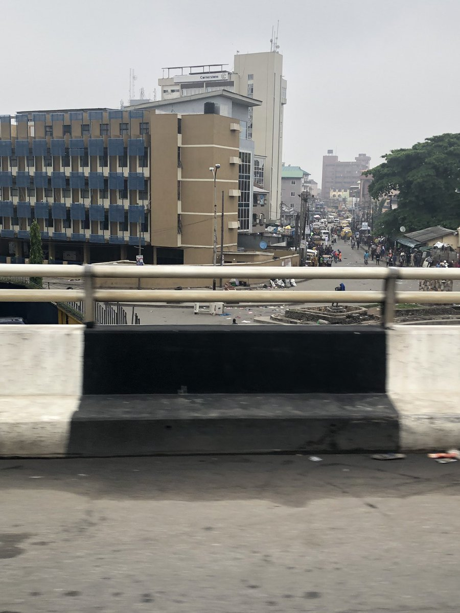Something is going on in Obalende. People are running. Vehicles are turning back to third mainland bridge. Cc @followlasg<br>http://pic.twitter.com/RvWT6aW9g8