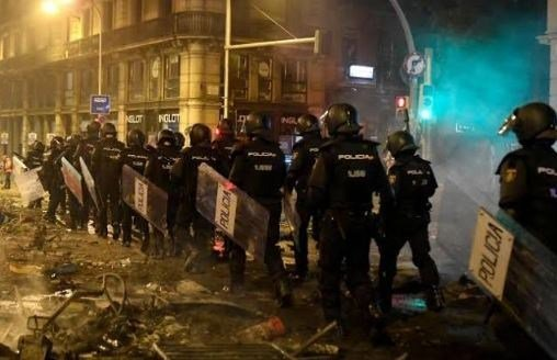 Catalonia independence protesters clash with police in Barcelona #TPEoorhh thepigeonexpress.com/catalonia-inde…