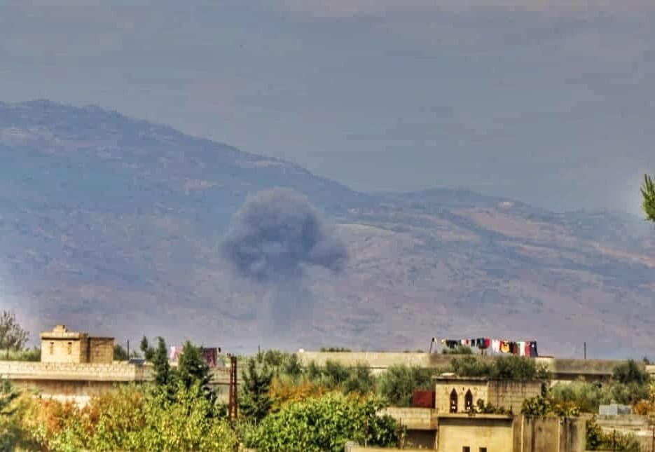 Successive airstrikes by Russian warplanes on the outskirts of Qarqour village in al-Ghab plain in Hama countryside this morning