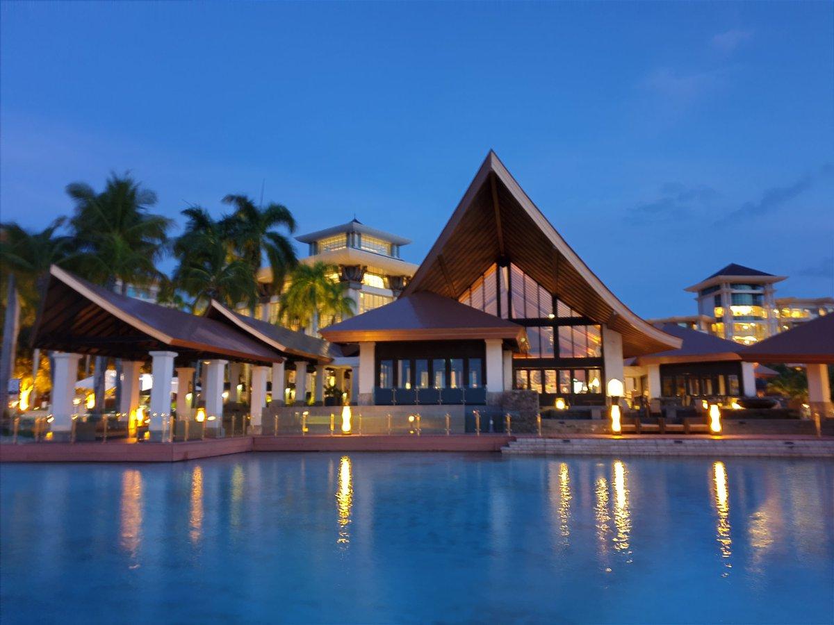 Brunei's Empire hotel  (night time) <br>http://pic.twitter.com/Lro1PEcrDa