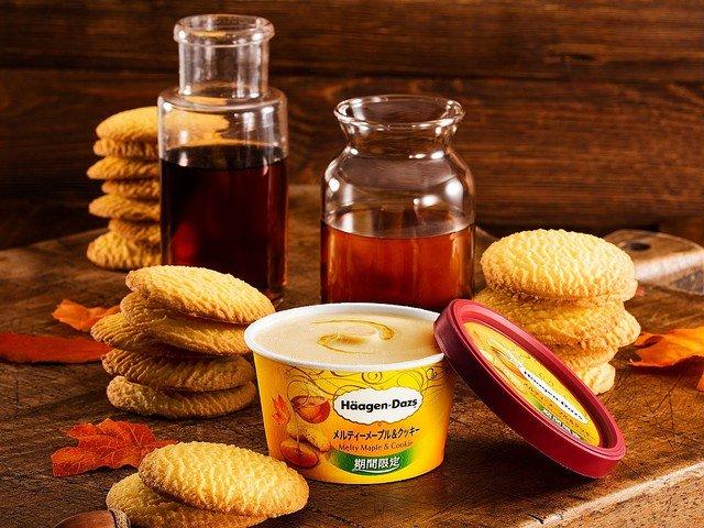 【ソース溢れだす】ハーゲンダッツ「メルティーメープル&クッキー」を発売!中心部にメープルソースが閉じ込められており、食べ進めると香ばしいバタークッキーも楽しめます。22日発売。