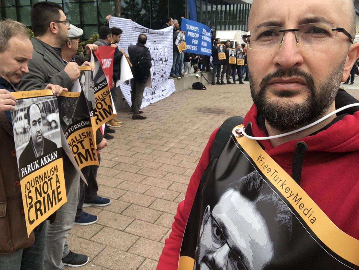 """Cevheri Güven on Twitter: """"Frankfurt Kitap Fuarında tutuklu gazeteci arkadaşlarımız için eylemdeyiz.… """""""