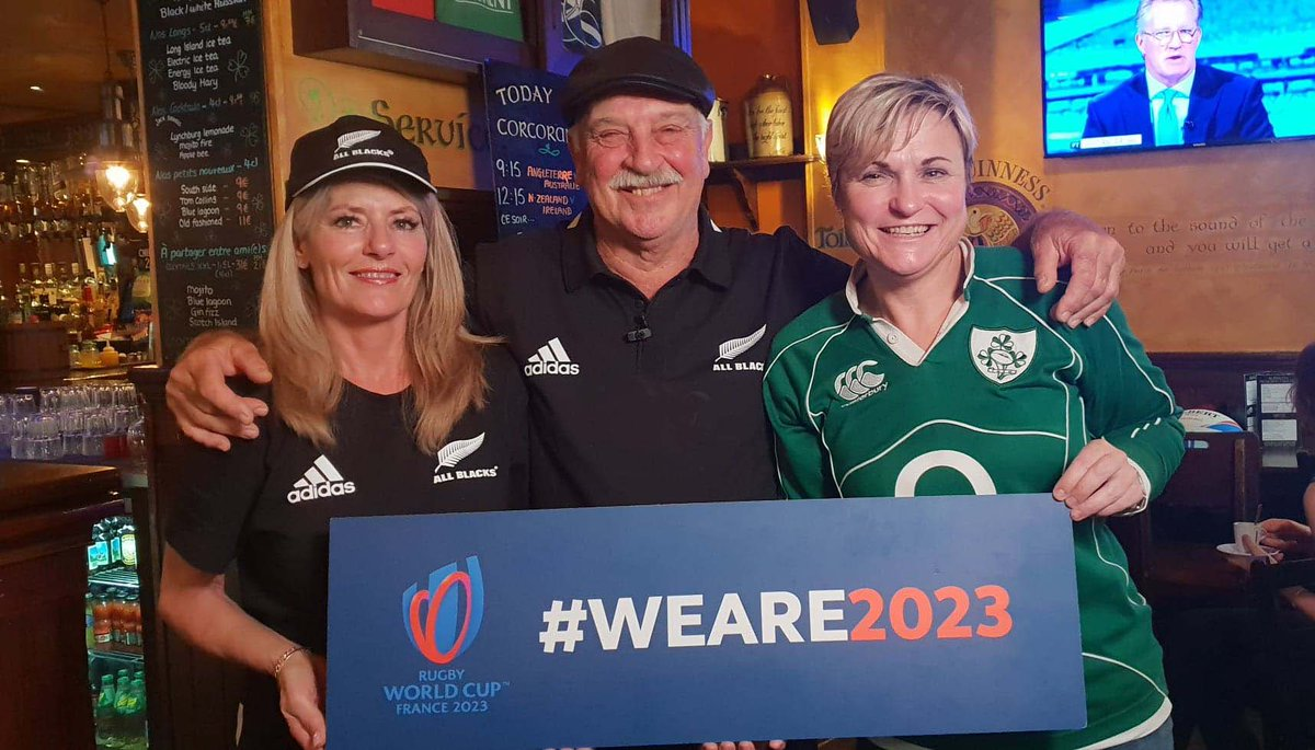 Toujours amis, les supporters néo-zélandais et irlandais se sont donnés rendez-vous en France, en 2023 ! 🎉🏉🇫🇷 They are still friends, and they will be there in 2023! 🎉🏉🇫🇷 Join the community 👉 bit.ly/weare2023 #NZLvIRE #RWC2019 #WeAre2023