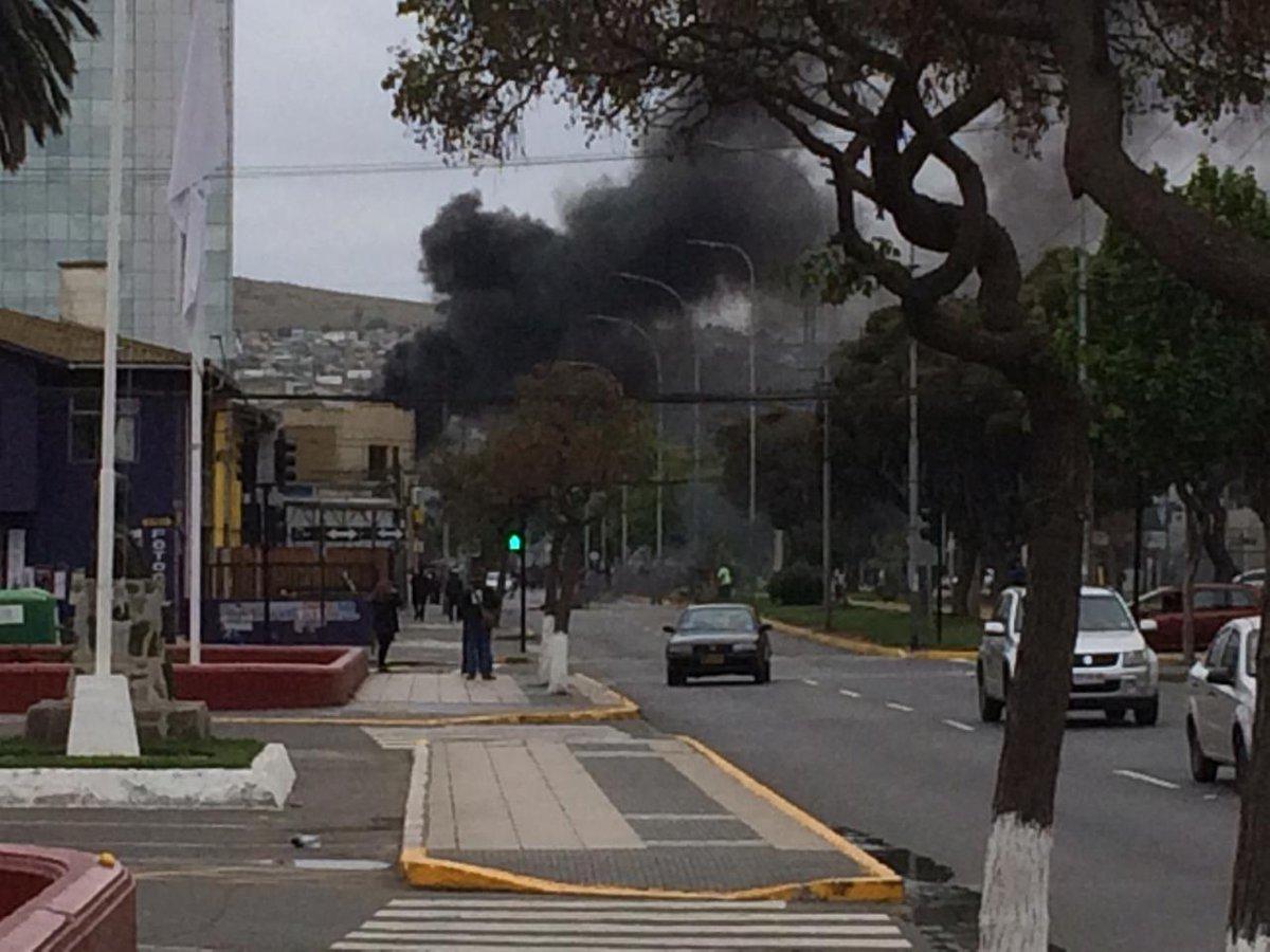 RT @JohnyTorre 🚨 Ahora !! En #SanAntonio tras las protestas a esta hora se inicia un incendio al parecer provocado en el supermercado @TottusChile cercano al terminal de buses en pleno centro. @CEValparaiso @reddeemergencia @SanAntonio_SOS @reddeemergencia @girovisualtv @T13 @Cooperativa