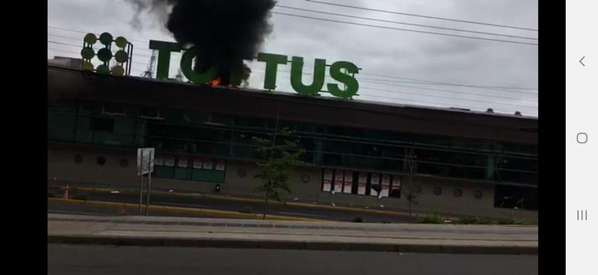 RT @JohnyTorre Nuevas imágenes del Incendio que afecto al supermercado @TottusChile en el Puerto de #SanAntonio tras las protestas . @miguelacuna13 @t13 @Cooperativa @vivi_coloma @biobio @reddeemergencia @RNE_San_Antonio @SanAntonio_SOS