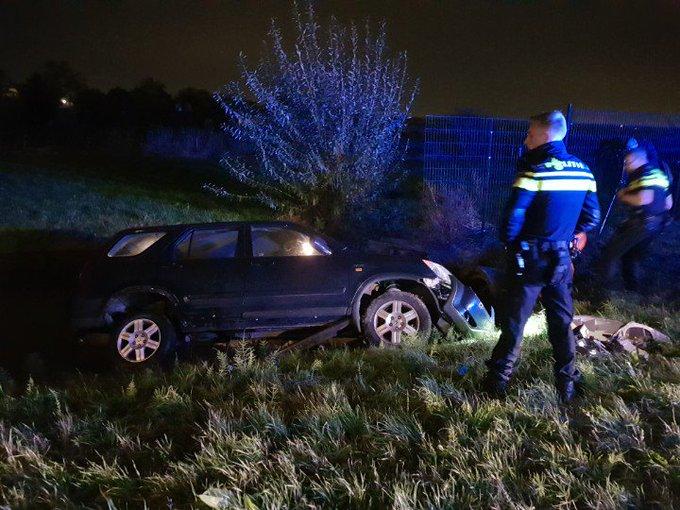 Kwintsheul Auto te water aan de Van Luyklaan.. 2 personen niet gewond maar wel aangehouden. https://t.co/97D2fXh41N
