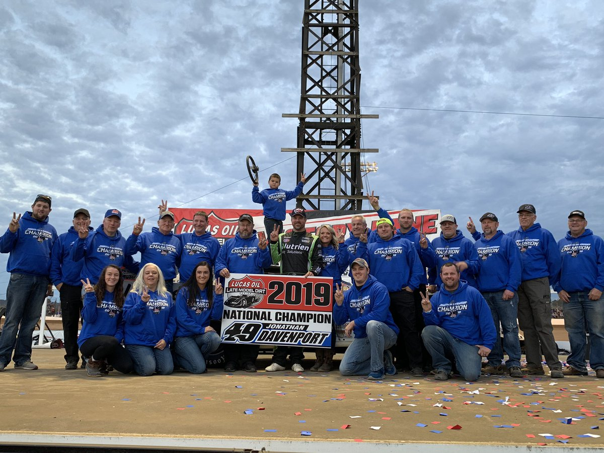 2019 #LucasDirt National Champion, @TheFast49 surrounded by friends, family, crew, car owner, and sponsors.<br>http://pic.twitter.com/fJrf7JzkRa