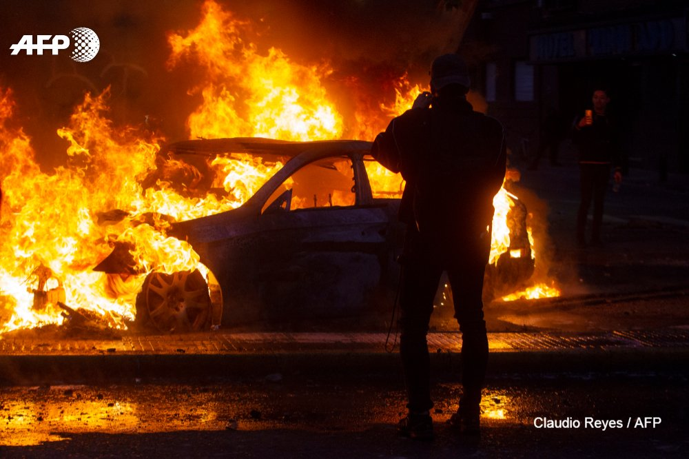 #UPDATE Chilean authorities impose a curfew on the capital Santiago, a top security official says, amid a state of emergency after two days of violent protests  http:// u.afp.com/Jzq6    <br>http://pic.twitter.com/k1rdk3iTmh
