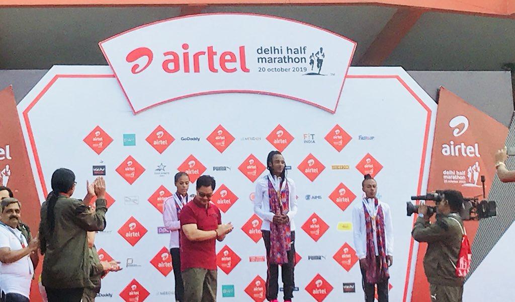 Sports Minister @KirenRijiju awards defending champion Tsehay Gemechu first place in the elite runners category #AirtelDelhiHalfMarathon