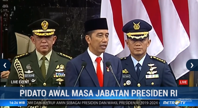 Presiden Joko Widodo memberikan hormat kepada para tamu yang menghadiri pelantikan Presiden. #LiveEvent #CongratsJokowiMarufAmin @Metro_TV http://metrotvnews.com/live