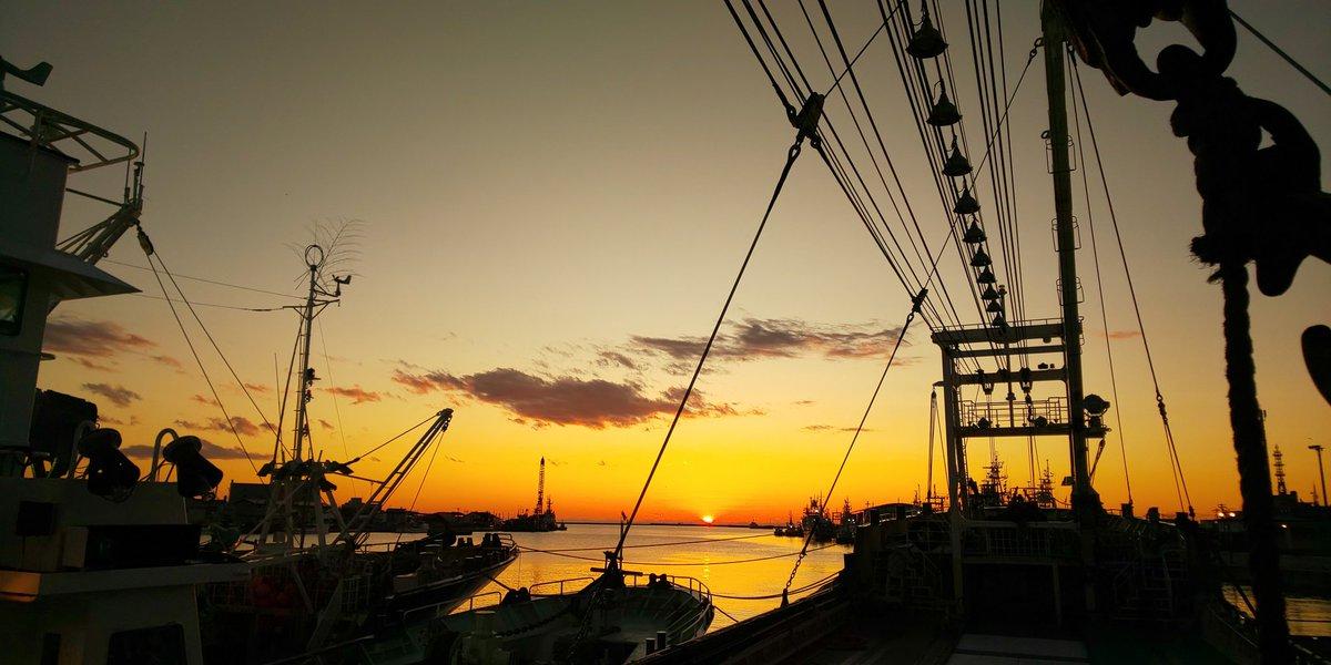 間も無く日が沈む。。。 釧路の夕やけ。 さて明日臨時休漁になったので、サウナ行ってきます。。。...