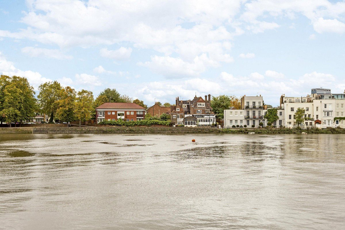 For sale: Charming 5 bed period cottage overlooking Kew Bridge and the Thames at Strand on the Green, Chiswick. With lovely courtyard garden and garage room:#freshair #property #riverside #house #riverviews #nature #london #riverhomes #lifeisbetterbywaterhttps://www.riverhomes.co.uk/properties/12656395/sales…