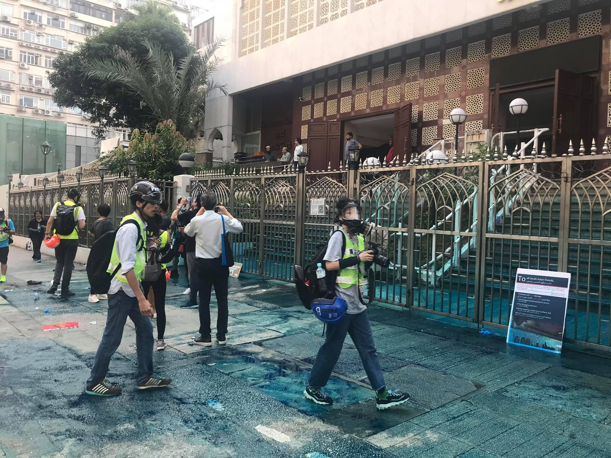 The Kowloon Mosque and Islamic Centre was attacked by Police water cannon filled with blue chemicals!  #FiveDemandsNotOneLess #StandWithHK #HongKongProtests https://t.co/FdLURqNDpp