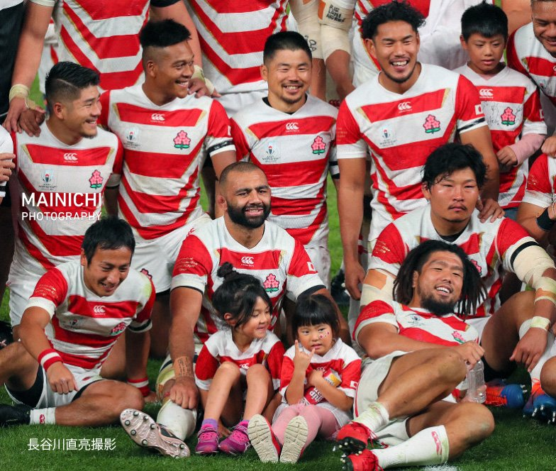 #ラグビーW杯 新しい歴史を作った日本代表チーム。南アフリカ戦後、#リーチマイケル 選手は娘さんを膝に抱き記念撮影に臨みました。みんな笑顔です。#稲垣啓太 選手だけ・・・写真特集を更新しています→#RWC#ラグビーワールドカップ #OneTeam