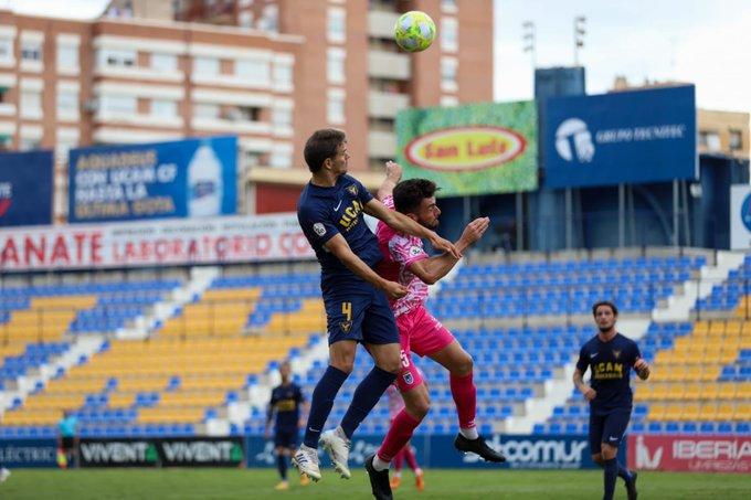 Hugo Álvarez pelea un balón aéreo con un jugador del Badajoz / Vía: UCAM Murcia
