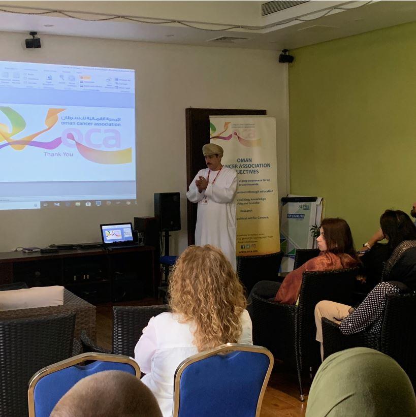 قدم الدكتور طه محسن اللواتي من @OCA_Oman عرضًا في @UKinOman حول الوعي بمرض السرطان. للحصول على المشورة بشأن السرطان ، والفحوصات الذاتية ، يمكنك الاتصال بـ #الجمعية_العمانية_للسرطان أو زيارة موقع أبحاث السرطان في المملكة المتحدة: ow.ly/ZSHI50wPvcg #سرطان_الثدي