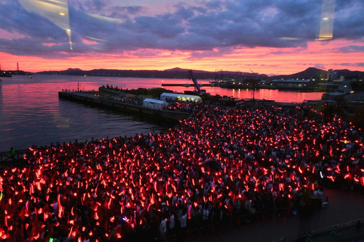 艦娘音頭夜戦の写真。「夕焼けに染まる呉港とペンライト」