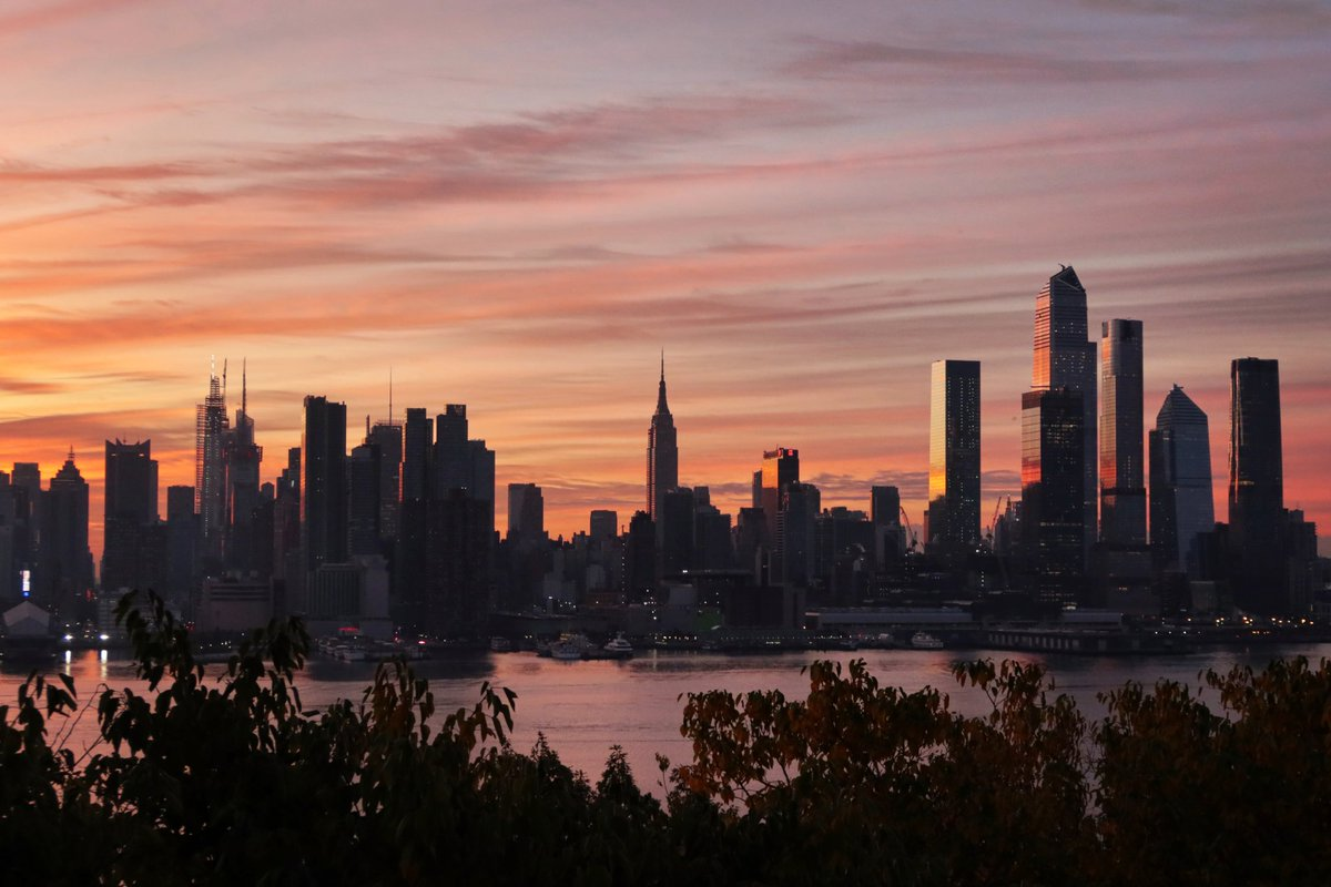 Sunday sunrise across midtown Manhattan in New York City #newyork #newyorkcity #nyc @EmpireStateBldg #sunrise @_HudsonYardsNYC @agreatbigcity