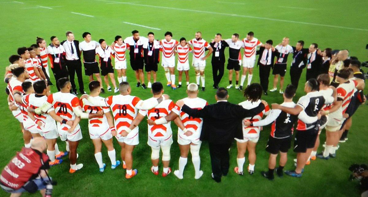 南アフリカのSHデクラークの積極的なプレーに振り回された日本が完敗した。序盤の田村の不調とラインアウトの失敗、南アの見事なモール攻撃がすべてだった。日の丸を背負ってここまで闘い抜いた戦士たち。試合後の選手達の涙に日本中が感動。有難う。皆さんは日本の誇りです。本当にお疲れ様でした!