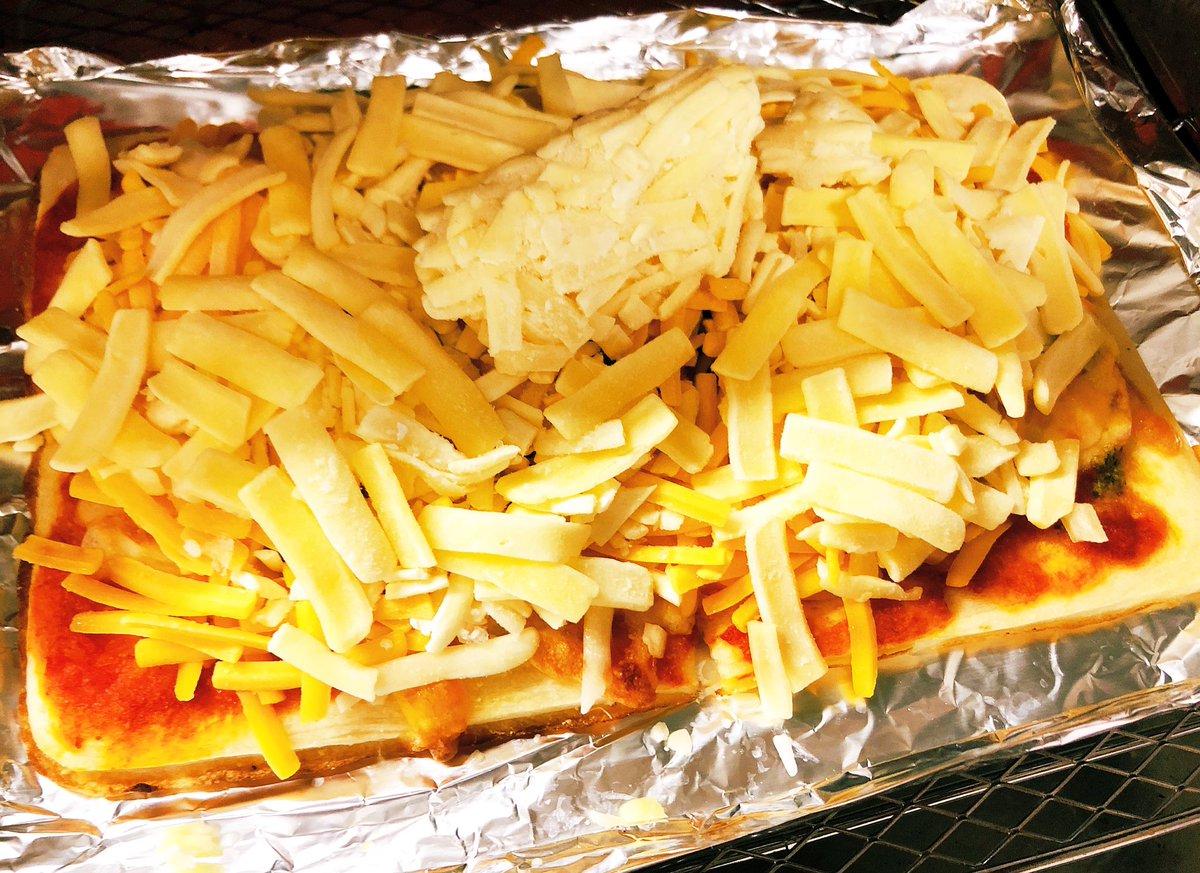 これ、食べる。食べながらやる。追いチーズだ...ギルティ。レモンサワーお供に。