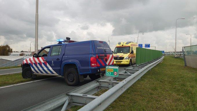 De N220 Maasdijk is thv de fietstunnel bij Maasdijkplein afgezet vanwege een ongeluk https://t.co/hLjFHwFWwT