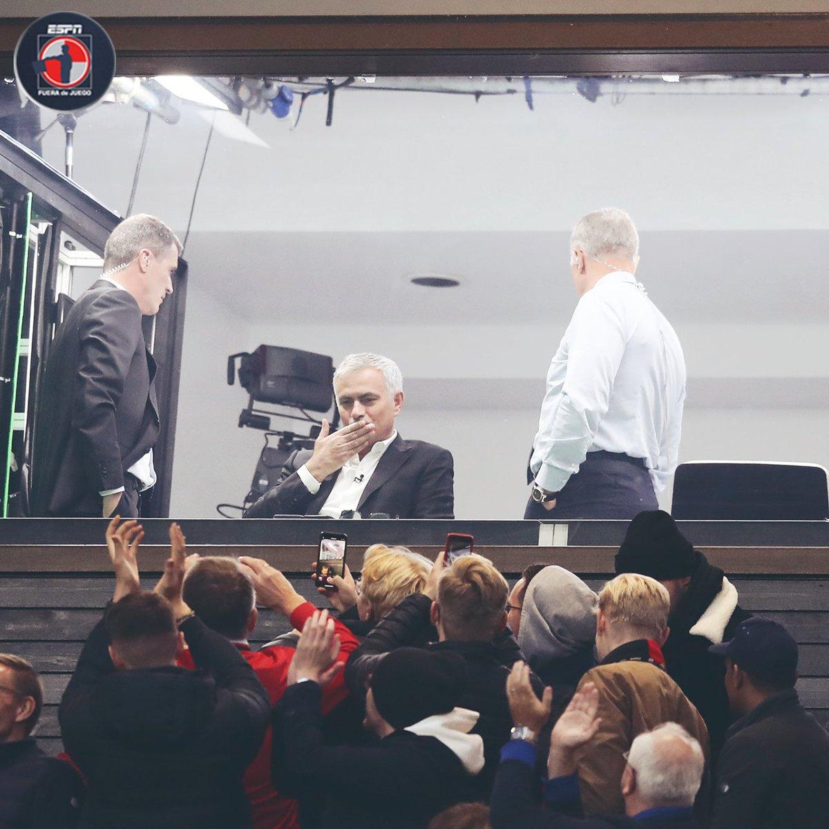 Con cariño de su amigo José Mourinho 😘 Mou robó cámara en el #Manchester vs #Liverpool y dejó una gran postal. ¿Qué título le pondrían? 👀