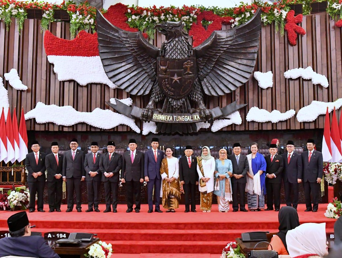 Hari ini, saya dan Kiai Ma'ruf Amin memulai pengabdian sebagai Presiden dan Wakil Presiden RI 2019-2024. Terima kasih para tokoh bangsa, para kepala negara, pemerintahan dan utusan khusus negara sahabat yang hadir.   Terima kasih kepada seluruh rakyat Indonesia. https://t.co/4hw9qKrP43