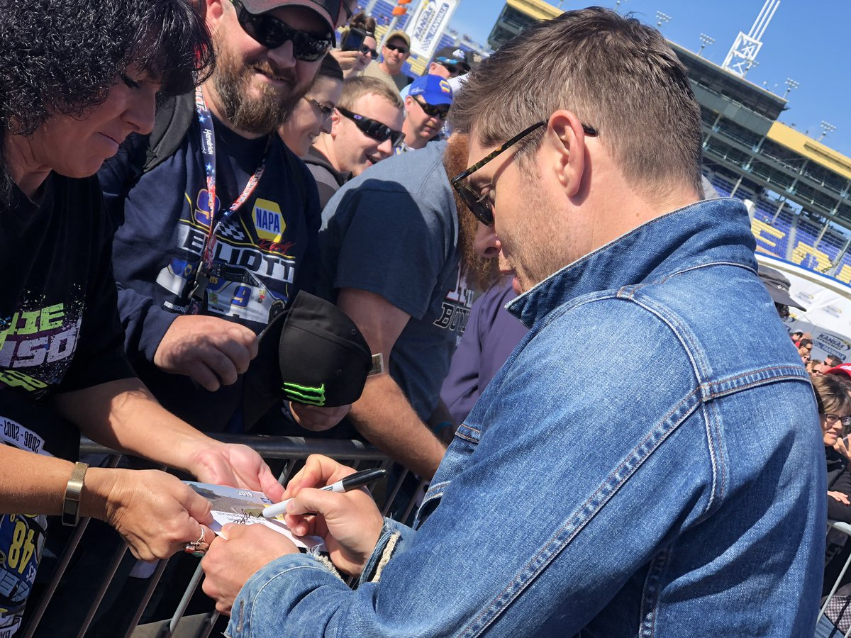 RT @kansasspeedway: Even @JensenAckles got in on the #HC400 red carpet action! 😎🖊 https://t.co/O7w67XMqZJ