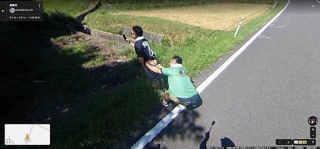 """【話題】宮川大輔の半ケツ画像、グーグルストリートビューに""""未開拓""""な道を歩き、撮影した360度カメラ写真を公式に登録するという番組企画で撮影されたものだという。"""