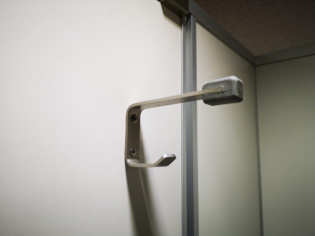 トイレのこの金具、どうして引っ掛けるフックが二段になっているのか知らない方も増えてきた様子。昔は一段だったのだけど、ドアの上から手を伸ばしてカバンを盗む人の対策で昭和後期に普及したものです。