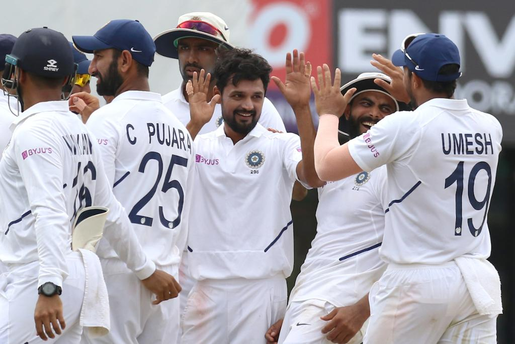 The home team continue their domination in the final #INDvSA Test. South Africa lose four wickets in the first session as they head to lunch on day three on 129/6. Live updates: bit.ly/IndvsSA6